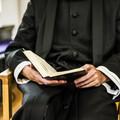 Billede af præst med alterbog i hånden